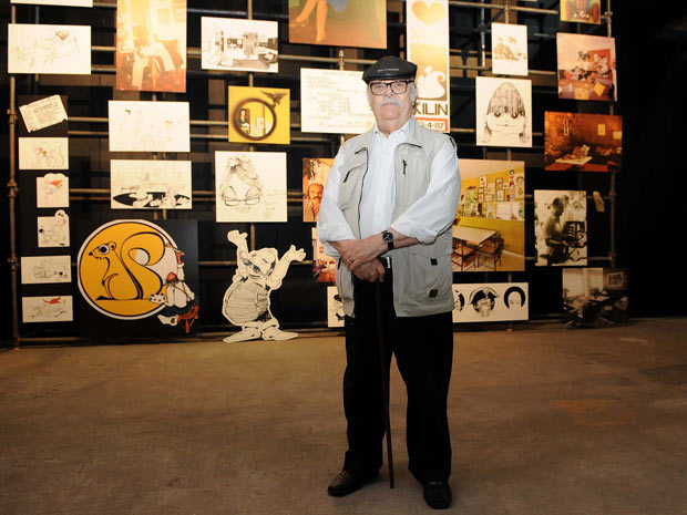 Sergio Rodrigues at his exhibition. Photo by Alexandre Durao